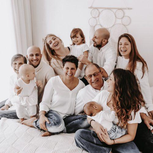 foto famiglia numerosa con nonni
